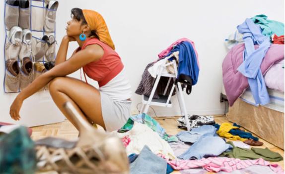 Vrouwen-gooien-stiekem-kleren-van-hun-man-weg